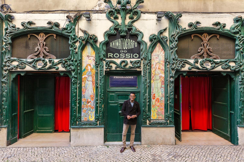 Il responsabile José Antonio Almeida in posa all'entrata della sua impresa