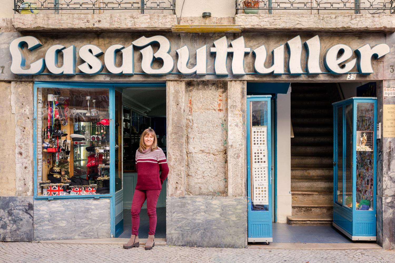Maria da Conceiçao Bulhões Lampreia escucha muchas historias como responsable de una tienda de uniformes militares históricos