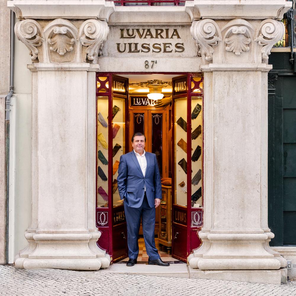 Carlos Carvalho è fiero di dirigere l'ultimo negozio portoghese specializzato in guanti