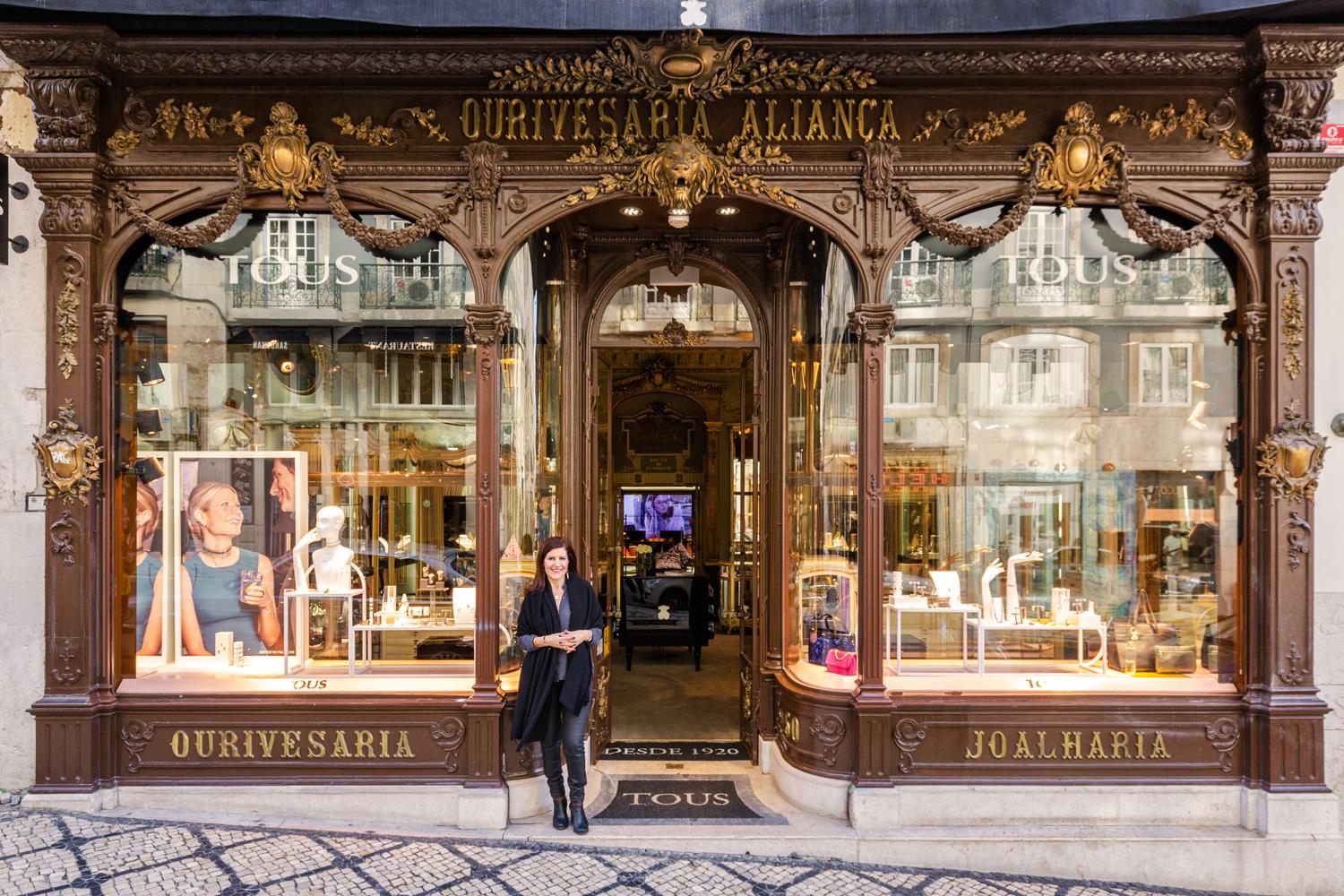 Lubelia Marques, Geschäftsführerin des Juweliergeschäfts Tous in Portugal, vor der Tür des lokalen Flagshipstores der Marke