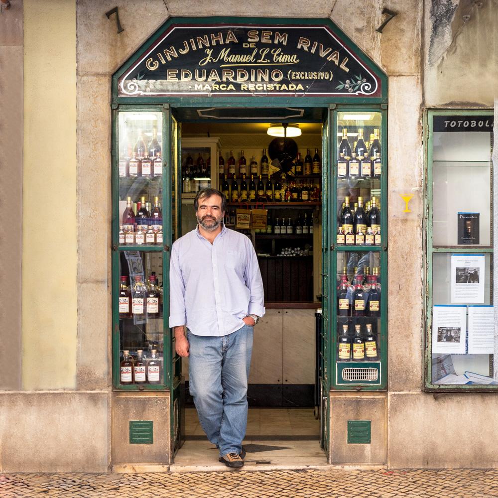 El encargado Nuno Gonçalves entretiene los visitadores de su tienda de licores única