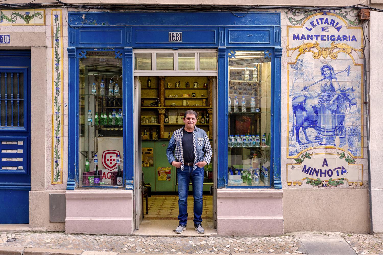 Luis Santos gere o bar, que oferece comida simples e tranquilidade
