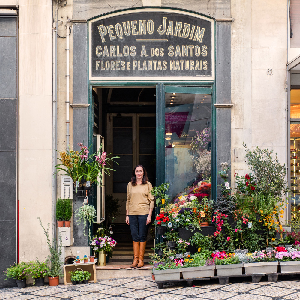Elisabete Monteiro tra i fiori e le piante della sua fioreria