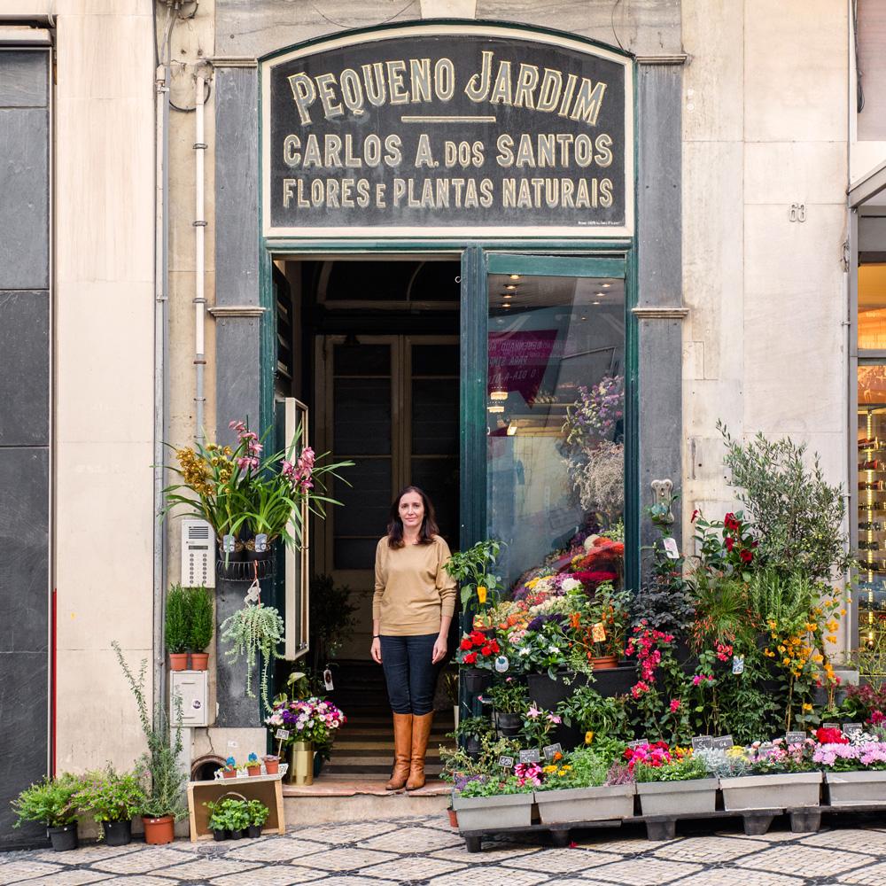 Elisabete Monteiro entre as flores e plantas da sua loja