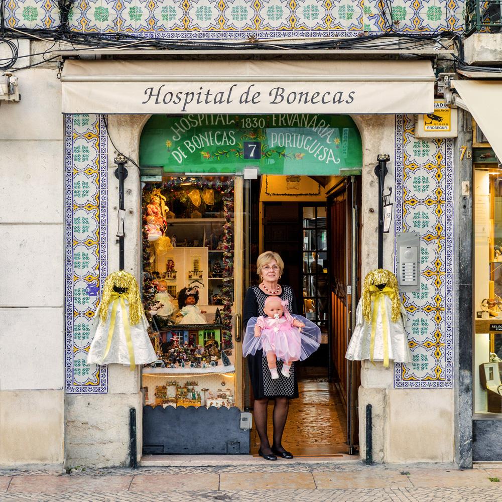 Manuela Cutileiro y una de las muñecas curadas en su hospital para muñecas