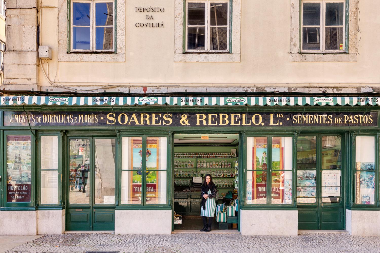 Margarida Opa ne quitte jamais son tablier lorsqu'elle travaille dans son magasin de graines