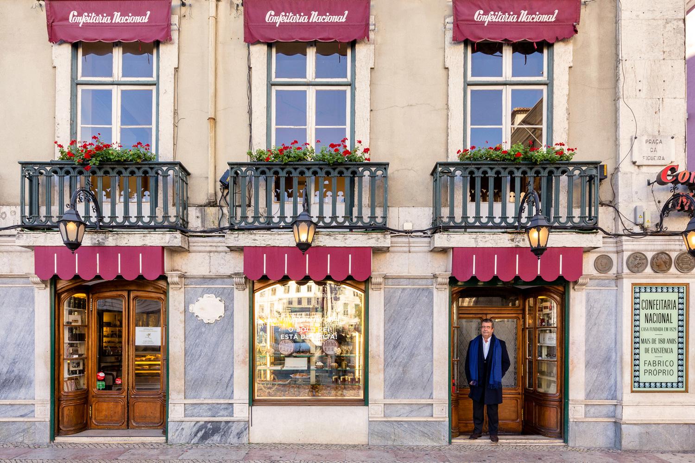 Rui Viana est le propriétaire de cette pâtisserie lisboète bien remplie