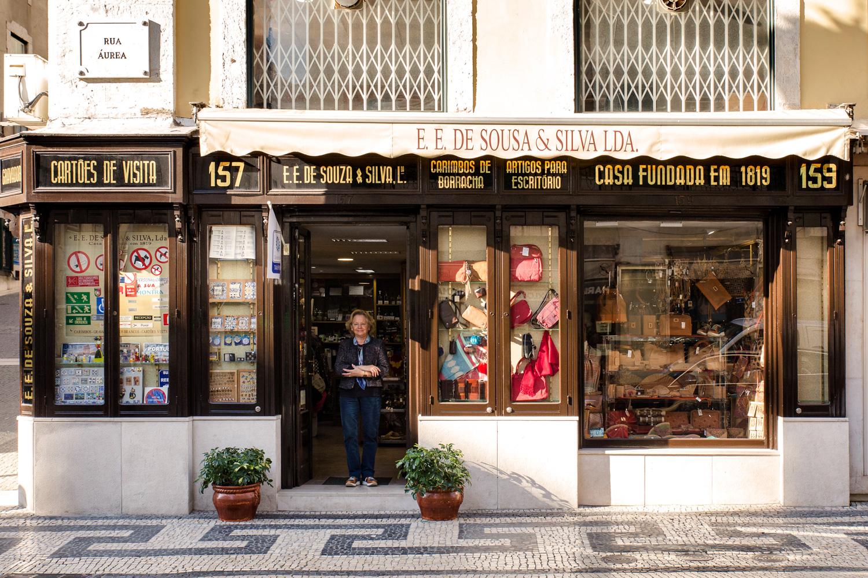 La encargada Fernanda Igrejas delante de su comercio que tiene más de 200 años