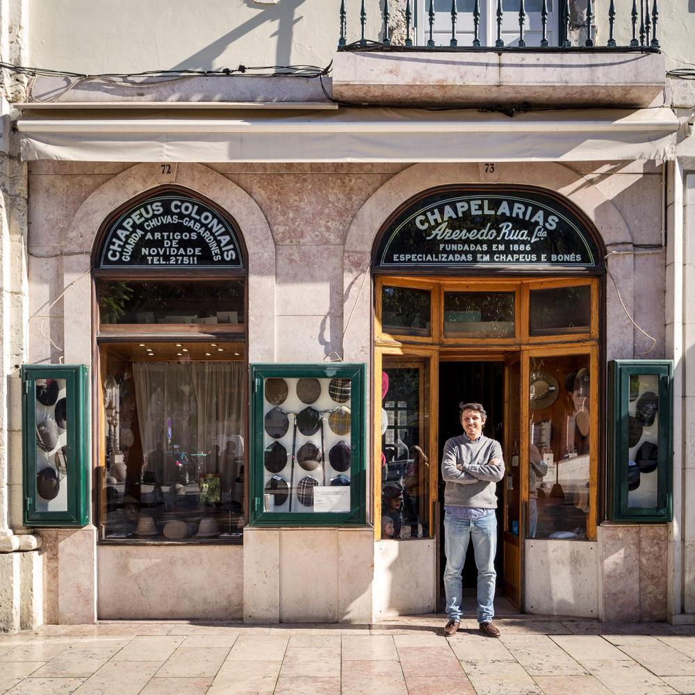 Pedro Fonseca à la porte de la boutique et atelier de chapeaux lisboète dont il est partenaire et directeur