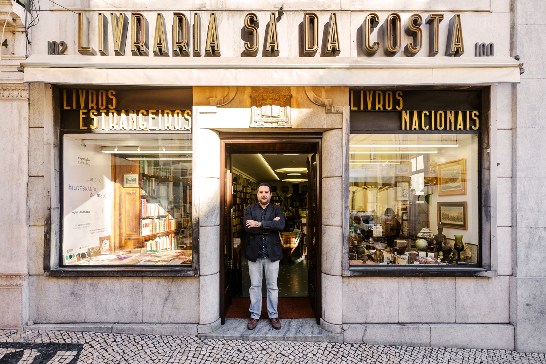Pedro Castro e Silva posa davanti alla sua libreria