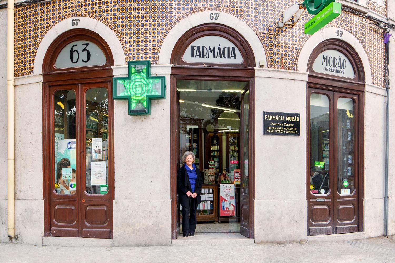 Helena M. Almeida devant la pharmacie ouverte par son arrière-grand-père