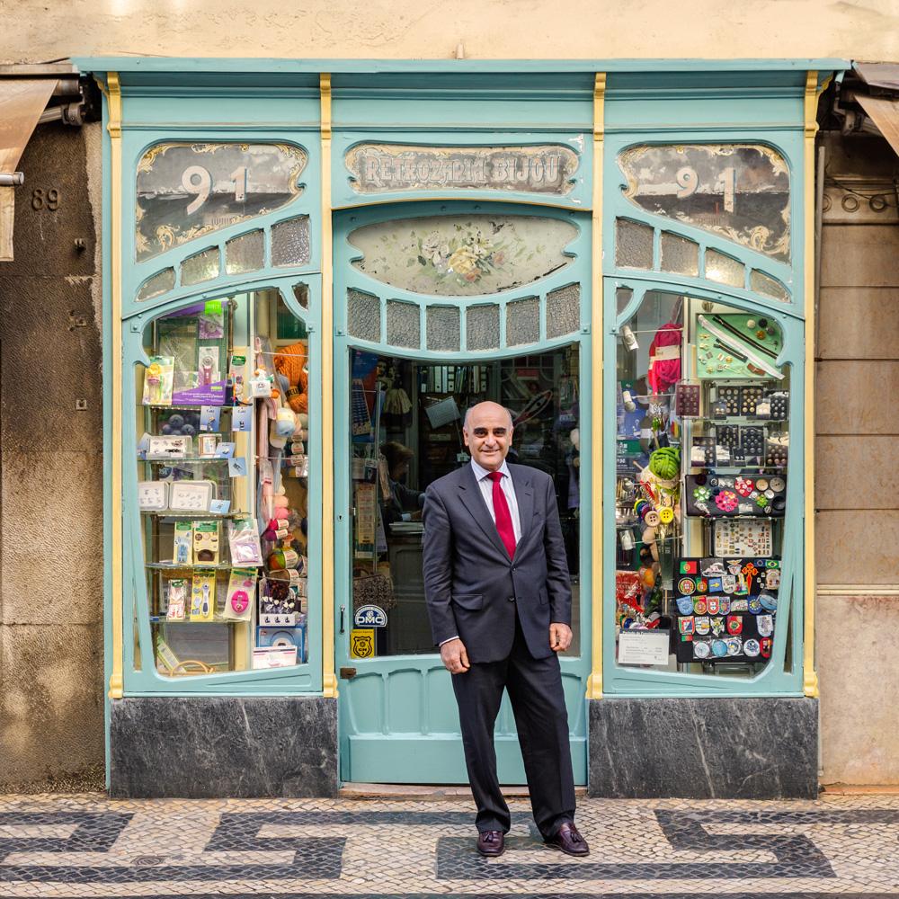 O proprietário José Vilar de Almeida conta a história da sua loja com um sorriso no rosto