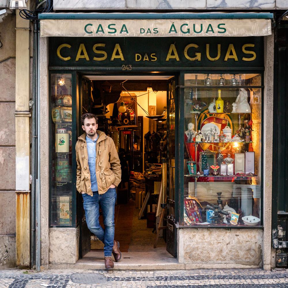 Tiago Veiga, gerente, posa à frente da sua loja