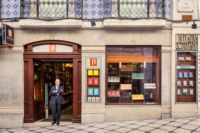 El librero Paulo Oliveira delante de la puerta de un punto de referencia universal