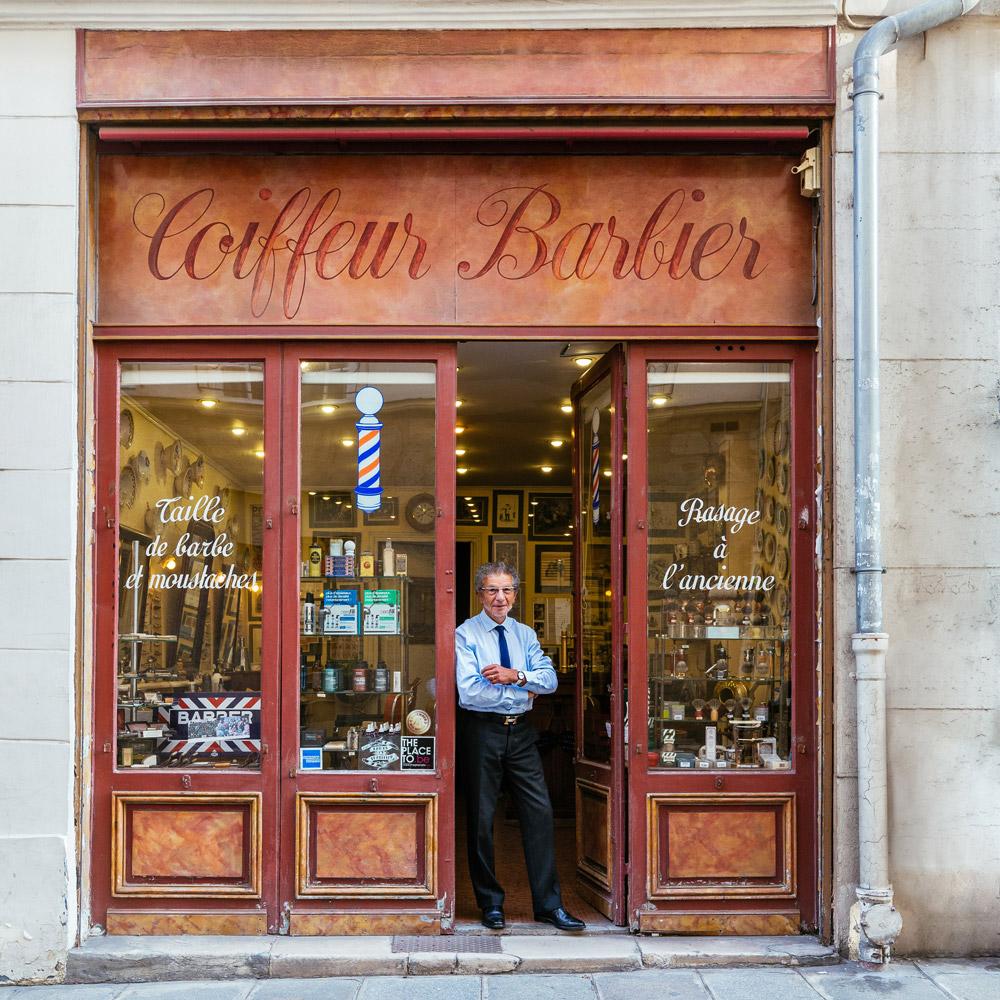 Alain, en la puerta de su barbería, la más famosa en París