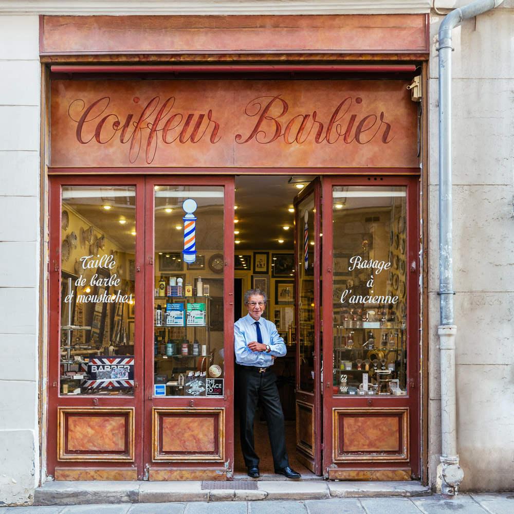 Alain, à la porte de son salon de barbier, le plus célèbre de Paris.