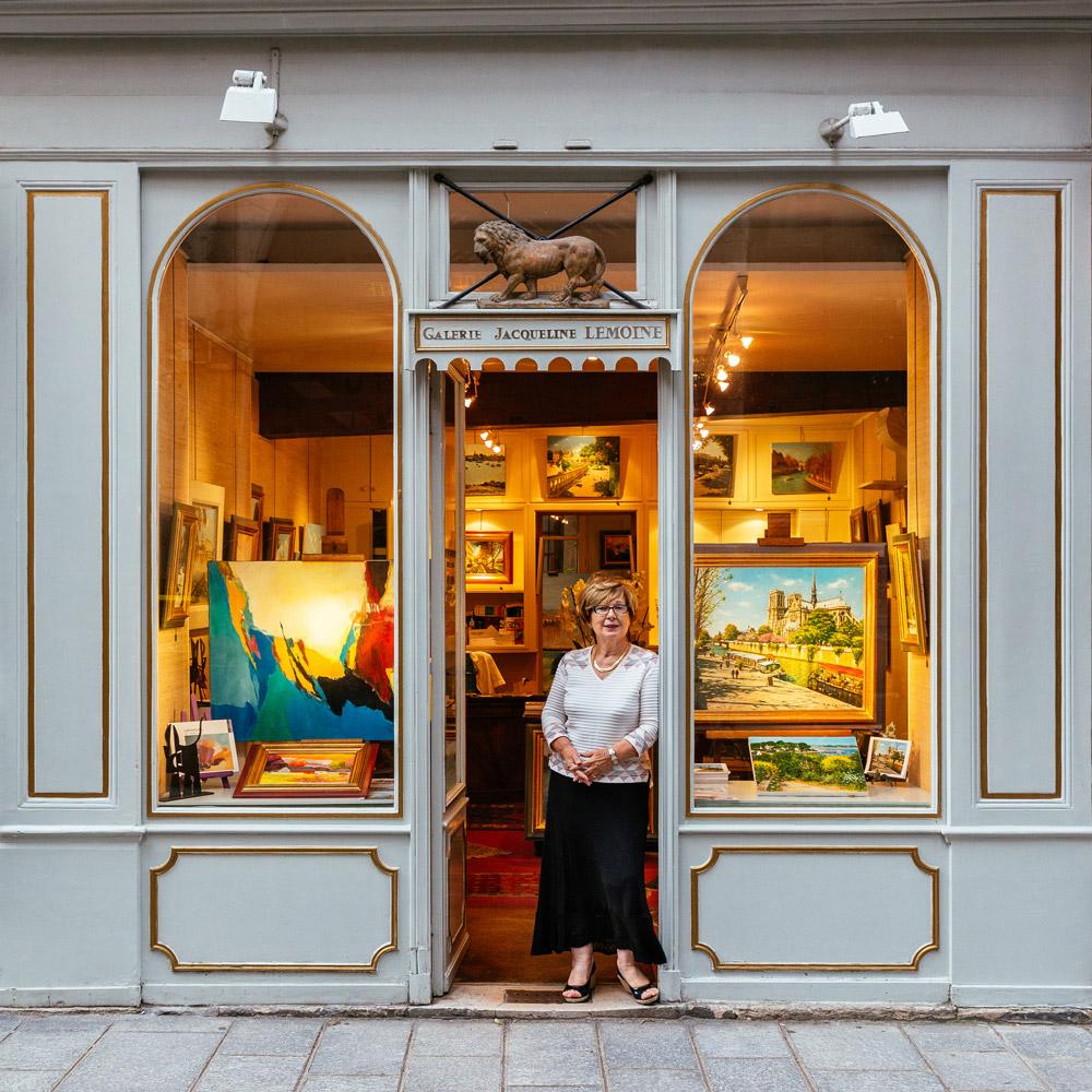 Jacqueline Lemoine, debajo del león que recibe a los visitantes de su galería de arte