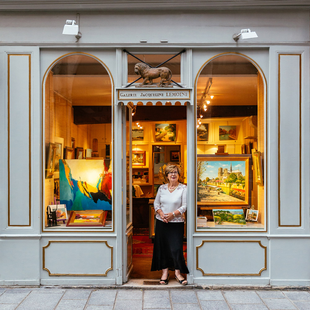 Jacqueline Lemoine, unter dem Löwen, der die Besucher ihrer Kunstgalerie willkommen heißt