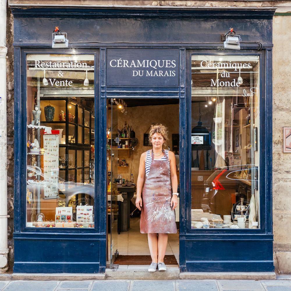 Dorothée Hoffmann non si toglie mai il grembiule quando lavora nel suo laboratorio di ceramica
