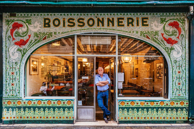 Drew Harré entspannt am Eingang seines Restaurants für Fisch- und Weinspezialitäten
