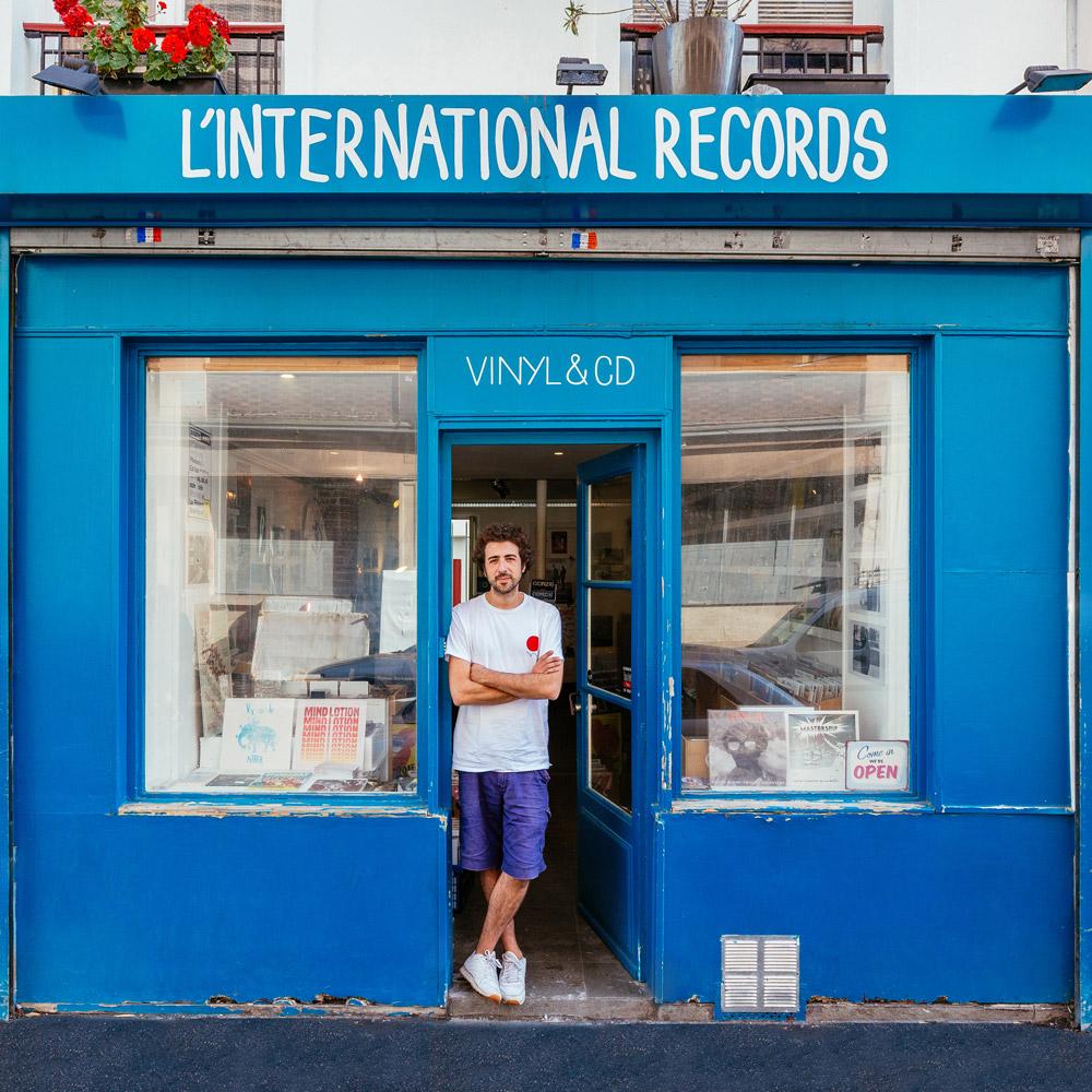 Dave Kouliche, in attesa dei clienti davanti al suo negozio di vinili