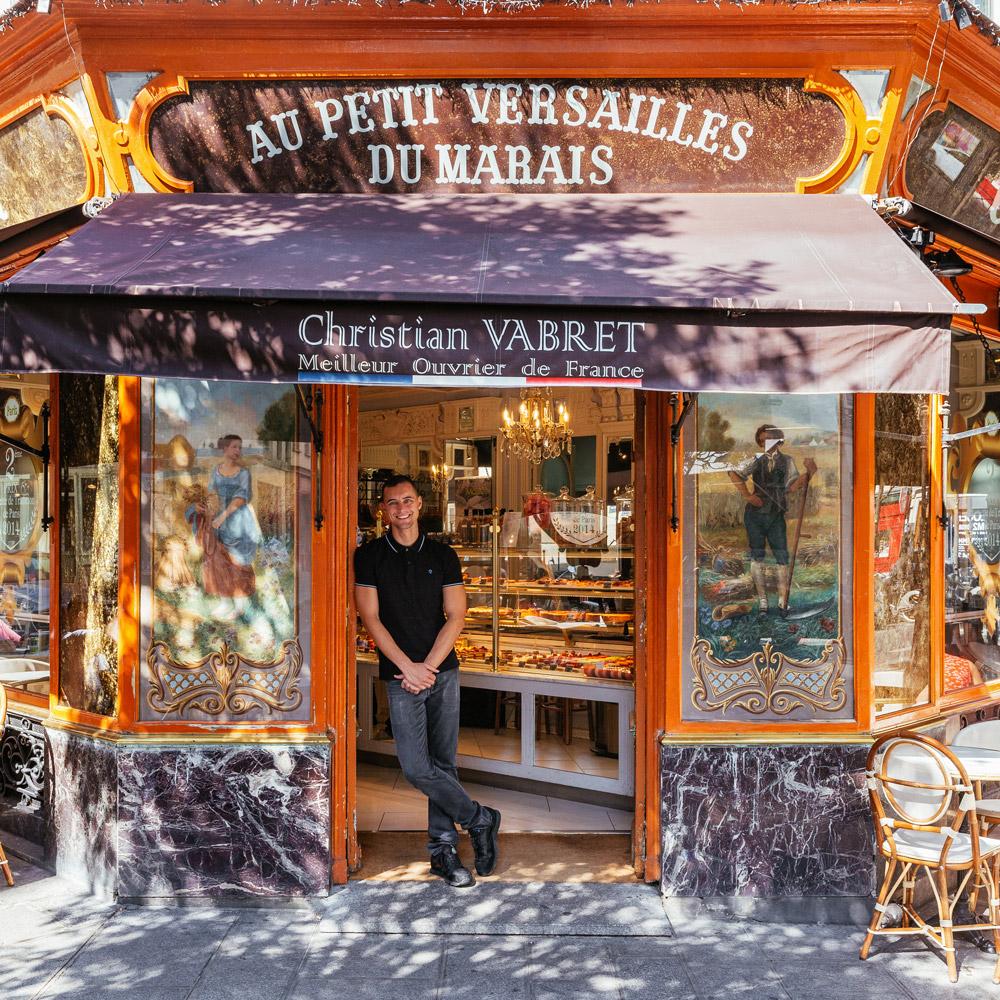 Julien Houssais accueille les becs sucrés dans la pâtisserie de luxe qu'il gère.