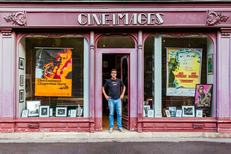 Alexandre Boyer, entouré de photos et d'affiches retraçant l'histoire du cinéma.
