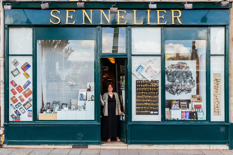 Sophie Sennelier poursuit la tradition familiale des fournitures pour les arts fondée par son grand-père.