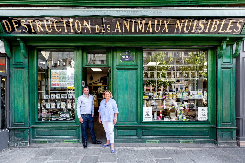 I fratelli Julien (sinistra) and Cécile Aurouze non si scompongono davanti alla spaventosa parata di ratti nella vetrina del loro negozio