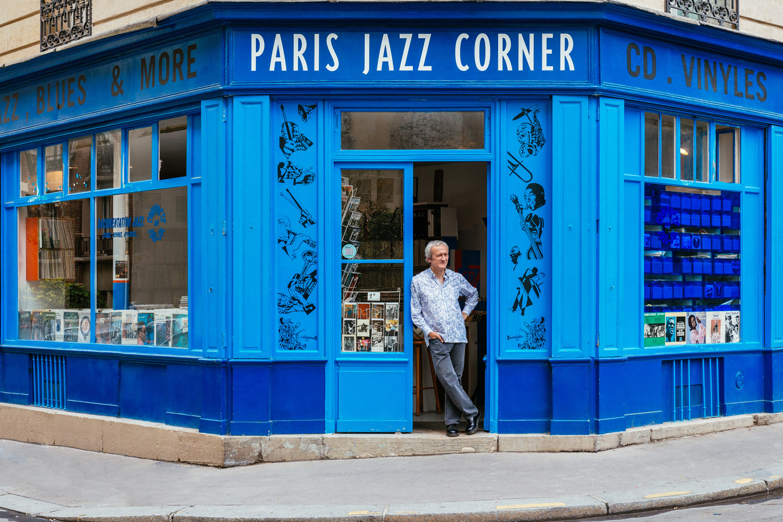 Maxime Hubert, all'entrata del negozio di riferimento per il jazz a Parigi
