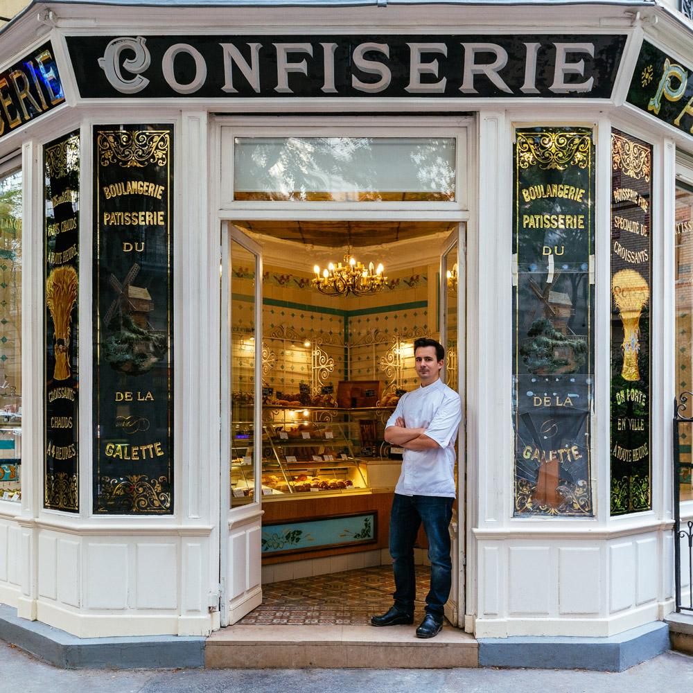 Boris Lumé, pose fièrement à l'entrée de sa charmante boulangerie-confiserie