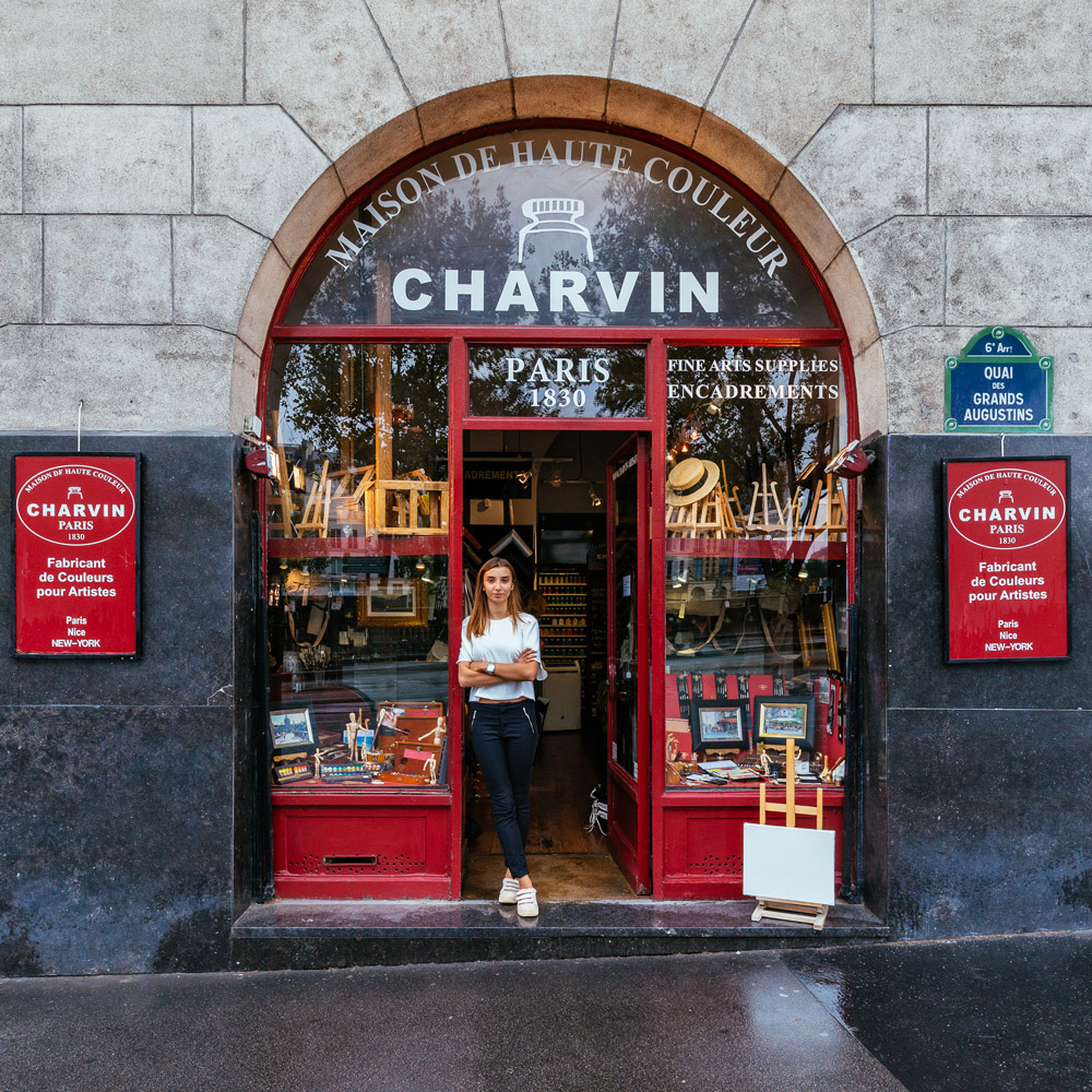 Julia Charvin en la puerta de la única fábrica de colores para artistas en París