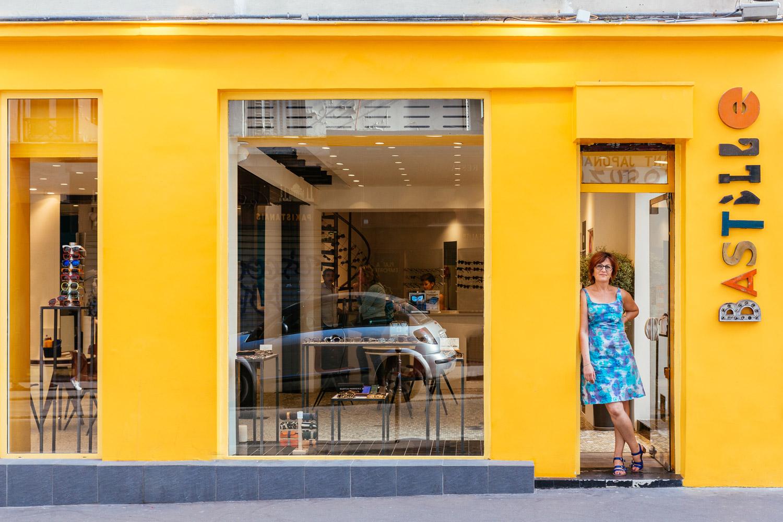 Pascale Cohen dirige su tienda de óptica y una parte de la vida cultural del barrio de la Bastille