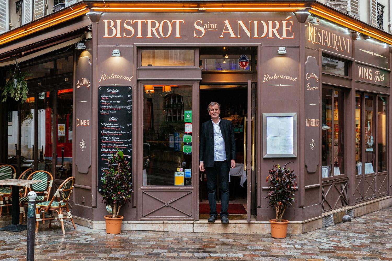Bernard Hadid, en la puerta de su auténtico bistrot parisino