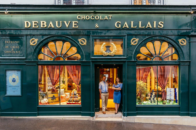 Bernard Poussin (izquierda) y Diane Junique delante de su bicentenaria tienda de chocolate